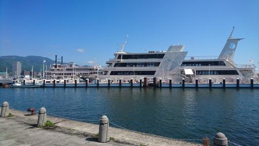 滋賀県大津市の大津港(浜大津港) 手前は遊覧船「ビアンカ」その向こうに遊覧船「ミシガン」