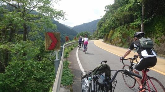 天気良し、日曜日とあってグループでサイクリング・ツーリングを楽しむ人々が多い
